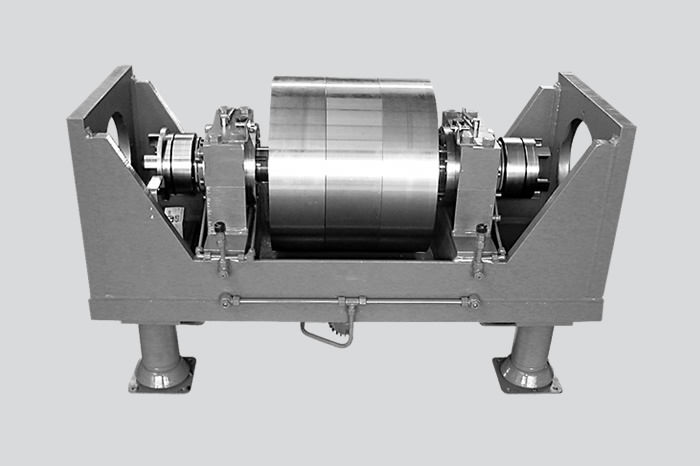 Engageable flywheel for testing hydraulic motors